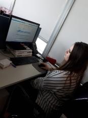 Klaudia w dziale zarządzania kredytami w firmie transportowej GEFCO podczas obsługi specjalistycznego oprogramowania do monitorowania płatności klientów firmy.