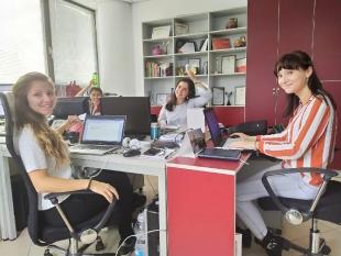 Adrianna w agencji public relations V+O  Communication w Sofii podczas monitorowania mediów i gromadzenia bazy danych w systemie CRM.