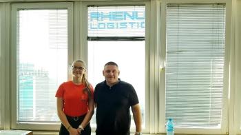 Julia w firmie logistycznej Rhenus Bułgaria podczas uzupełniania bazy danych klientów firmy.