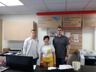 Adrian  i Daniel wprowadzają i weryfikują różne dokumenty powierzone przez pracodawców. Pracując w przedsiębiorstwie MAIL BOXES ETC., uczniowie zaprezentowali się bardzo dobrze, nauczyli się wiele nowych rzeczy i podszkolili umiejętności językowe z  angielskiego  i hiszpańskiego.