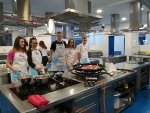 Będąc na praktykach uczniowie nie tylko pracowali, ale i poznawali kulturę, tradycje, kuchnie hiszpańską. Młodzież chętnie uczestniczyła w kursie przygotowania Paelli, tradycyjnej potrawy tego kraju.