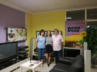 Ola wykonuje projekty graficzne pod okiem opiekuńczego pracodawcy Manuela z firmy DOMODESK