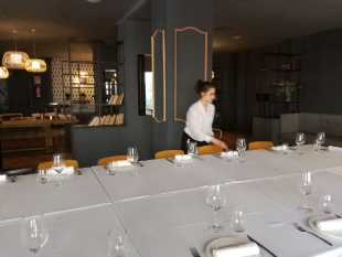 Olga i Judyta w hotelu REINA VICTORIA przygotowują sale oraz stoły do śniadań, pracują w barze oraz służą pomocą w kuchni.