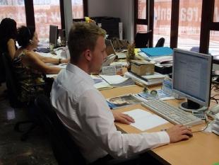 Adam podczas pracy z dokumentacją księgową