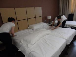 Klaudia i Maciej podczas sprzątania pokoi hotelowych
