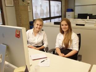 Paulina i Karolina podczas przygotowywania informacji reklamowych dla klientów