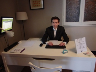 Łukasz podczas pracy z dokumentacją księgową.