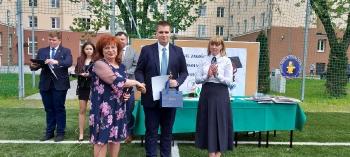 najlepszy uczeń szkoły Daniel Górski  uhonorowany statuetką
