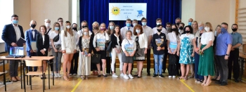 wspólne zdjęcie wszystkich nagrodzonych uczniów